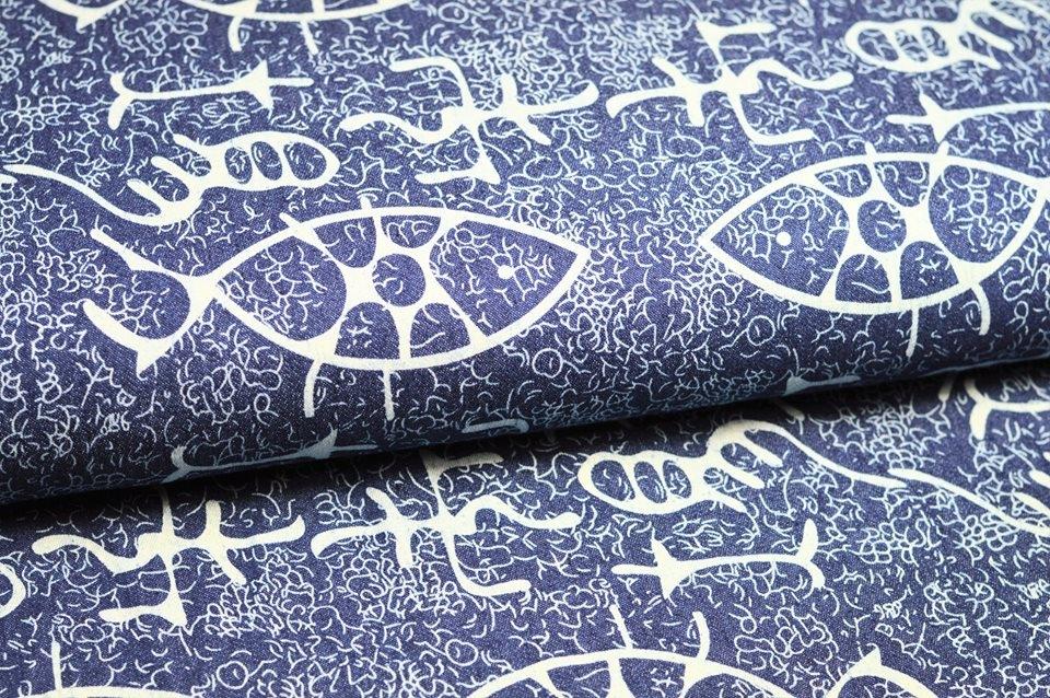 Jeansstoff mit Muster und großen Fischen
