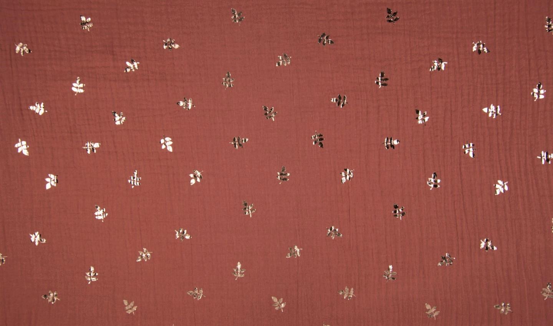 Baumwolle Musselin Double Gauze terracotta mit rotgoldenen Blättern (Foliendruck)
